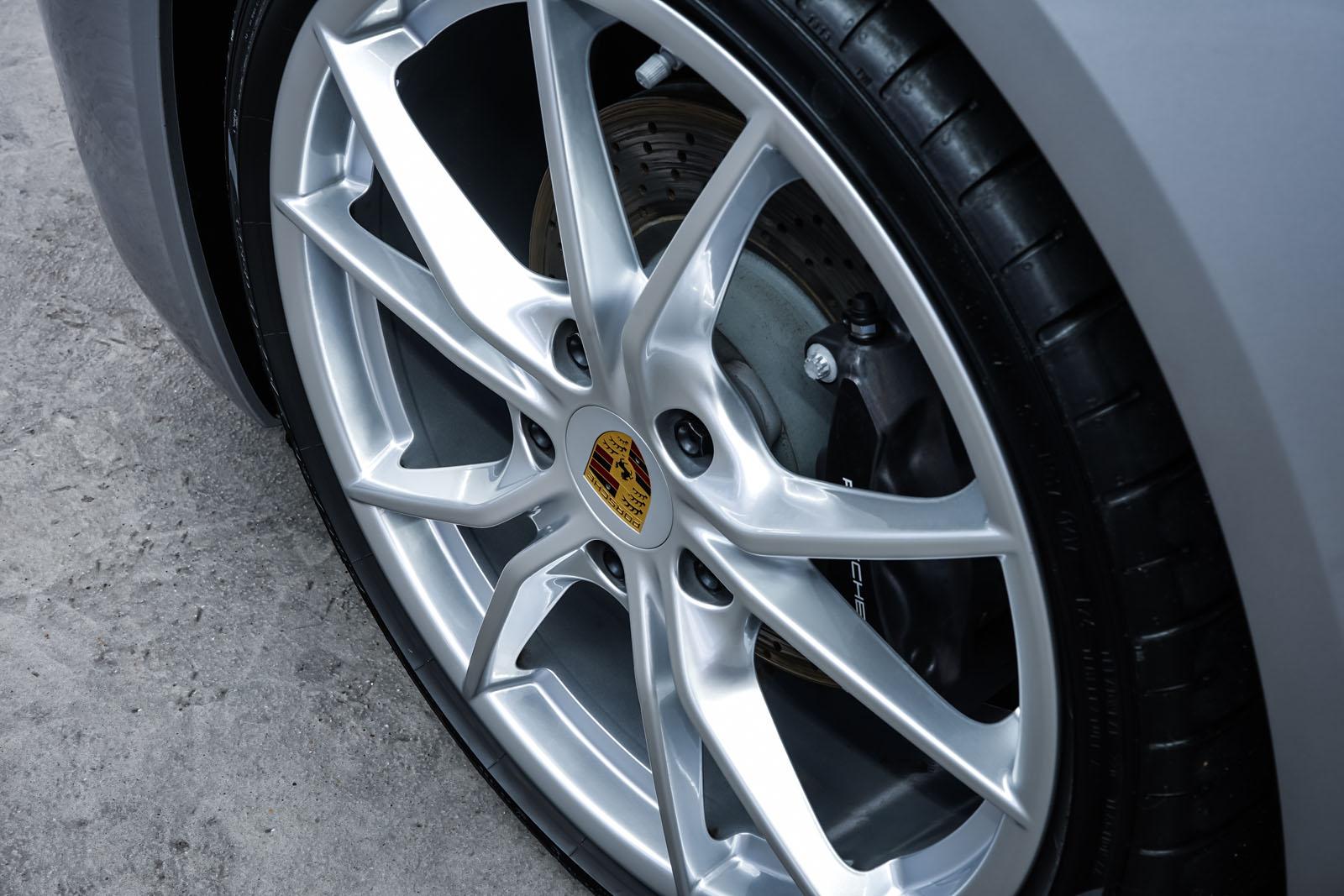 Porsche_718_Cayman_Silber_Schwarz_POR-0223_10_w