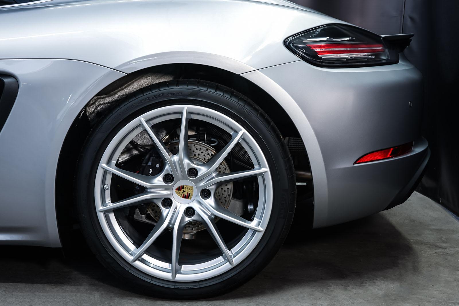 Porsche_718_Cayman_Silber_Schwarz_POR-0223_4_w