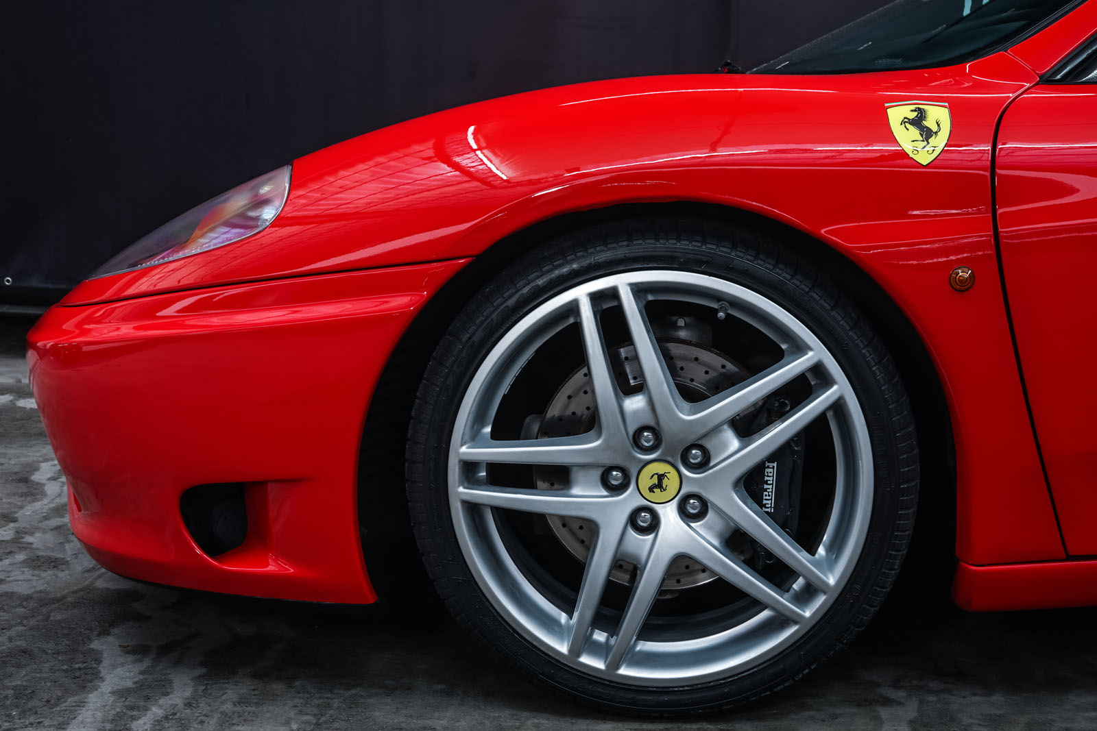 Ferrari_360_Modena_Rot_Schwarz_FER-4576_3_w