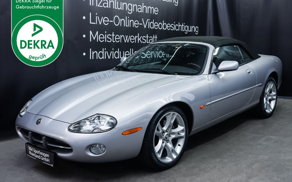 Jaguar_XK8_4.0_Silber_Schwarz_JAG-9731_Plakette_w