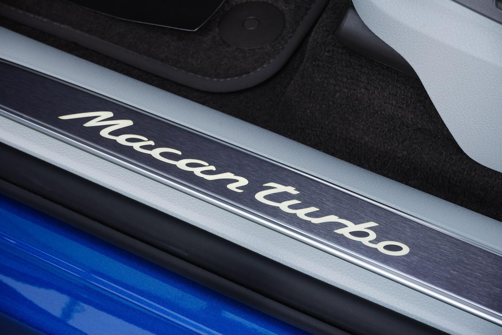 Porsche_Macan_Turbo_Blau_Weiß_POR-2038_10_w