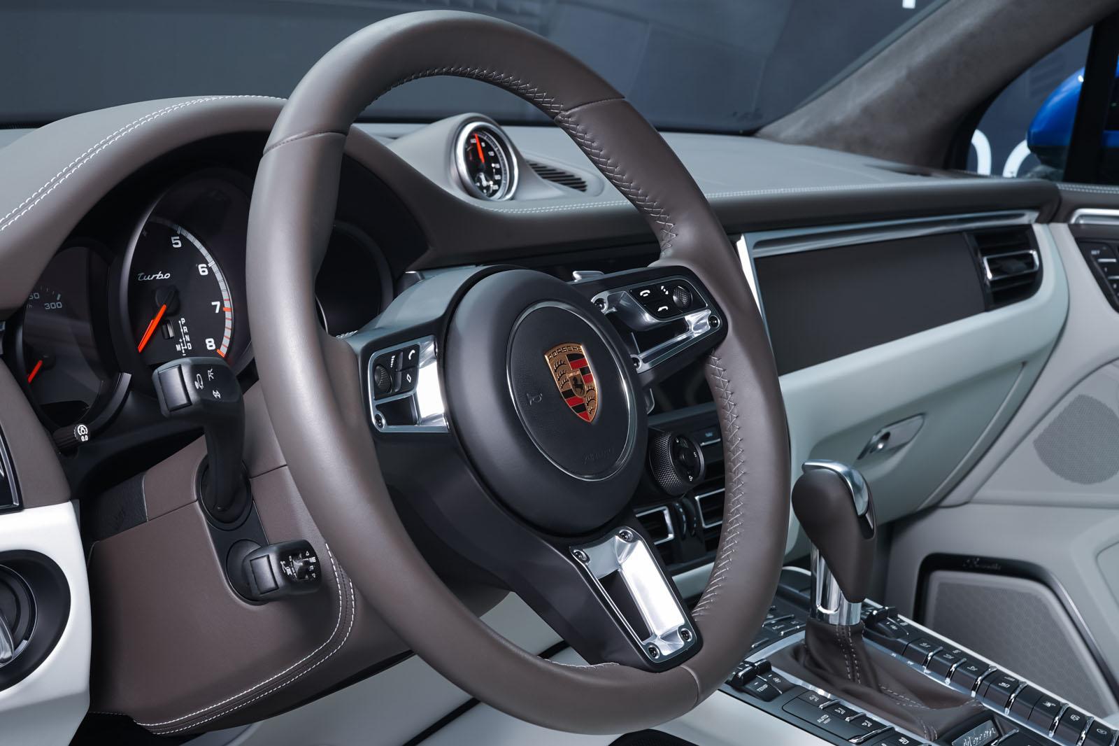 Porsche_Macan_Turbo_Blau_Weiß_POR-2038_11_w