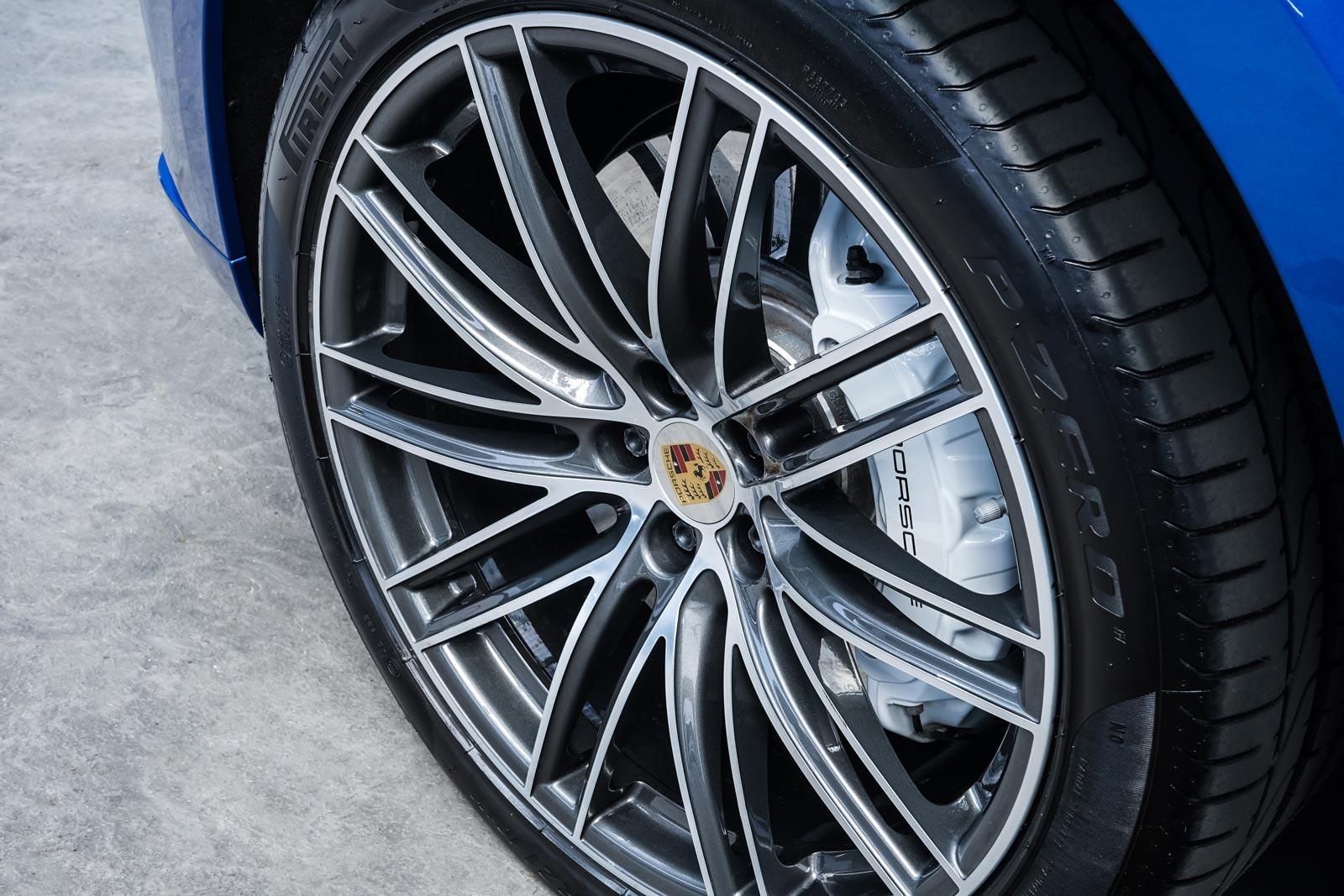 Porsche_Macan_Turbo_Blau_Weiß_POR-2038_14_w
