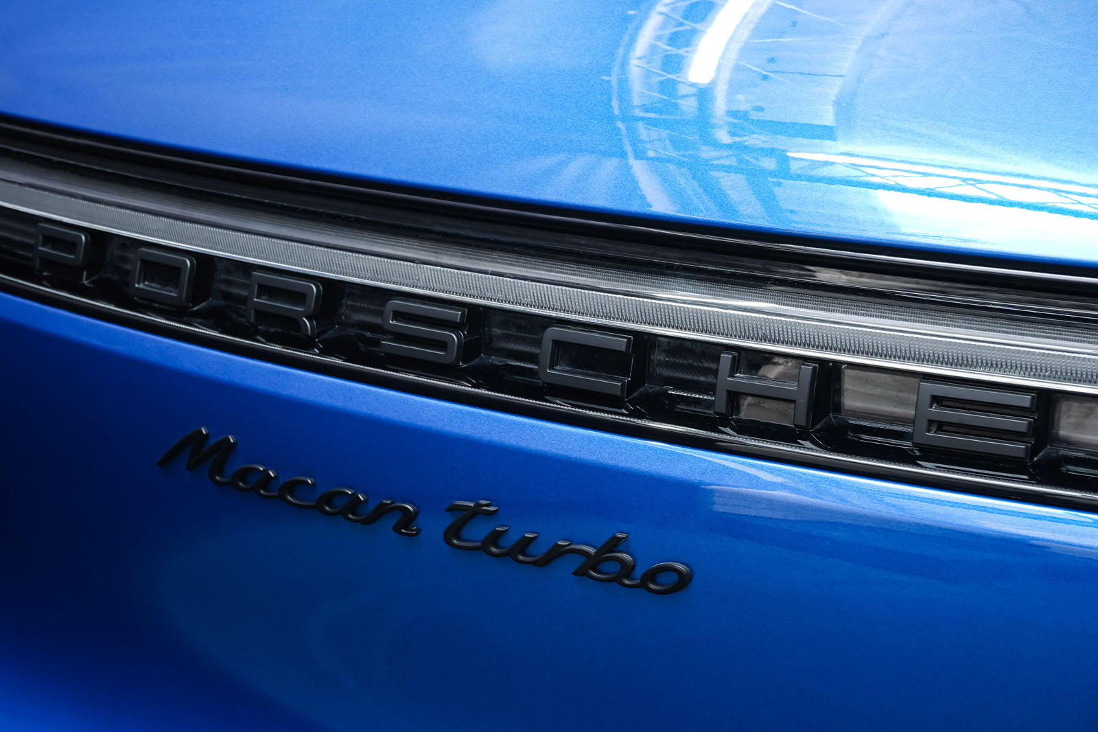 Porsche_Macan_Turbo_Blau_Weiß_POR-2038_24_w