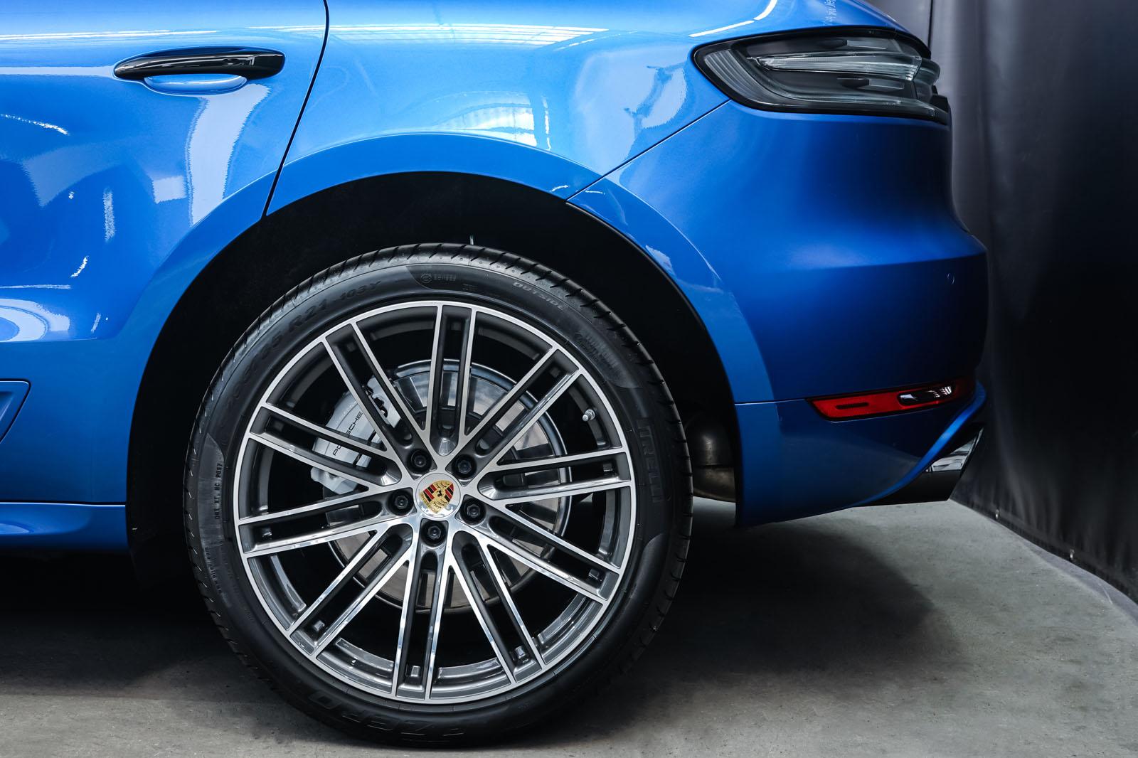 Porsche_Macan_Turbo_Blau_Weiß_POR-2038_4_w