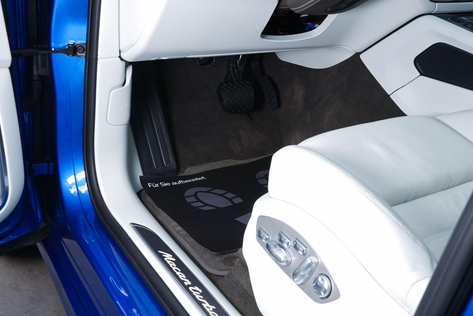 Porsche_Macan_Turbo_Blau_Weiß_POR-2038_8_w