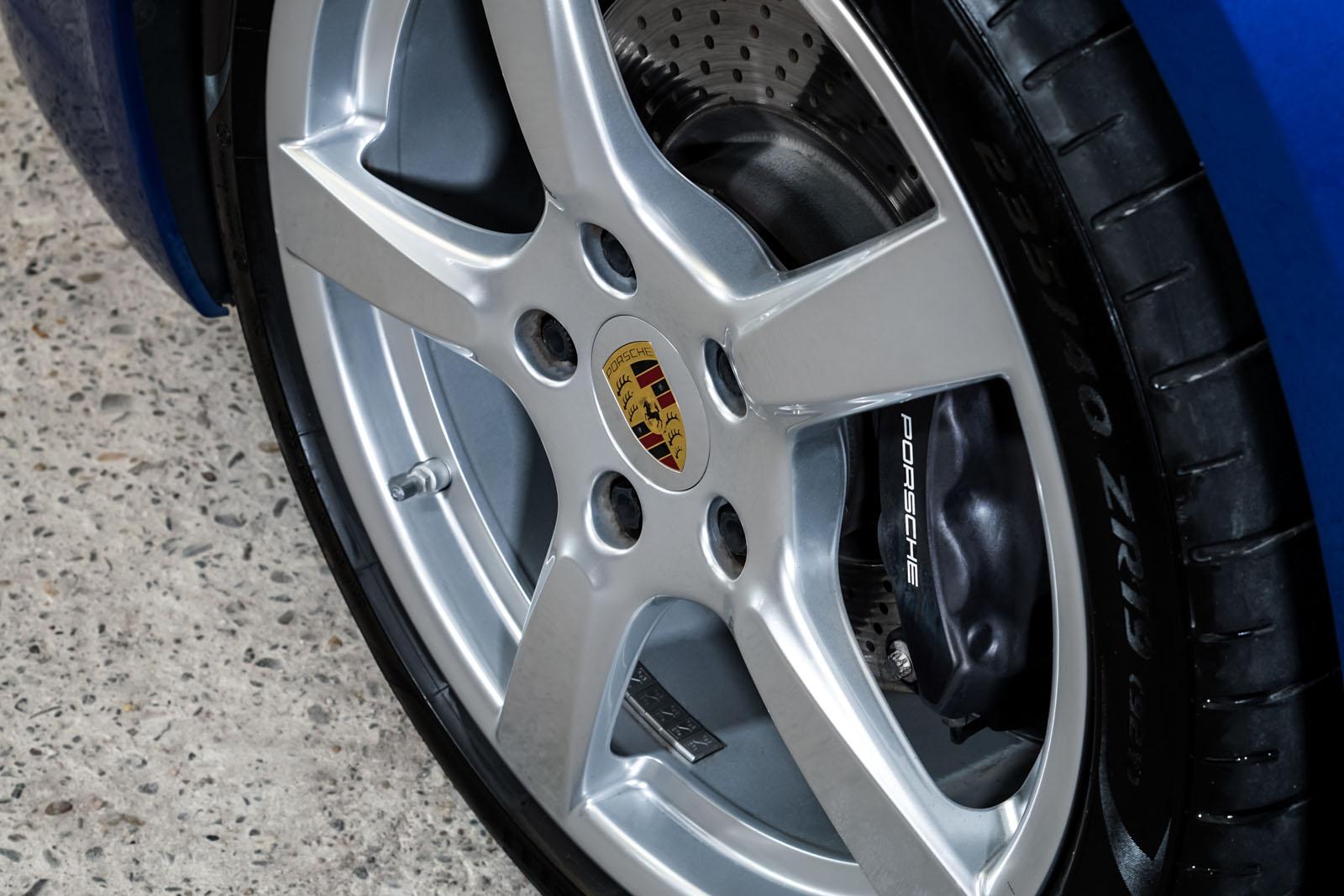 Porsche_Cayman_Blau_Schwarz_POR-0613_10_w