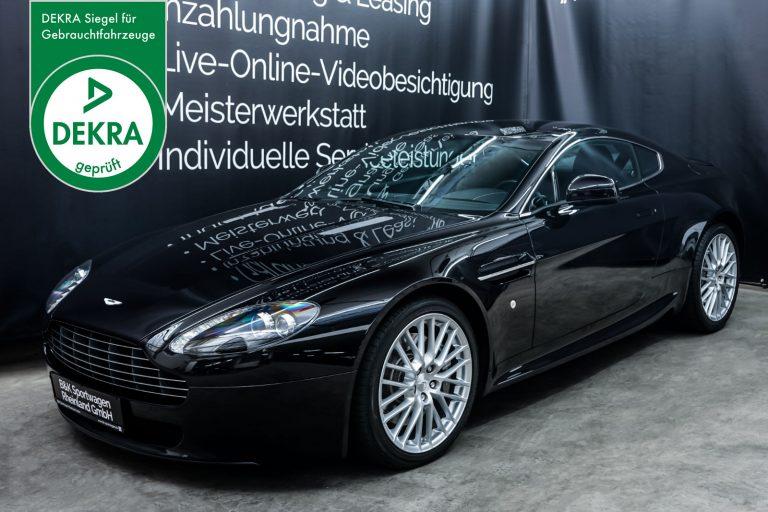 AstonMartin_V8_Vantage_Schwarz_Schwarz_AM-5679_Plakette_w