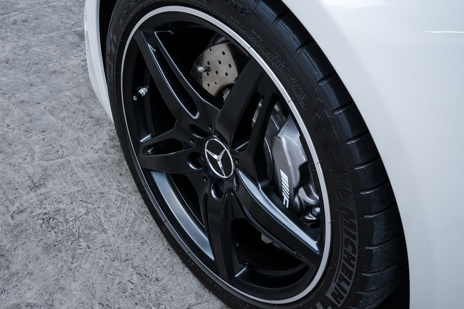 11Mercedes_Benz_AMG_GT_Roadster_Weiss_Schwarz_MB-9710_14_w
