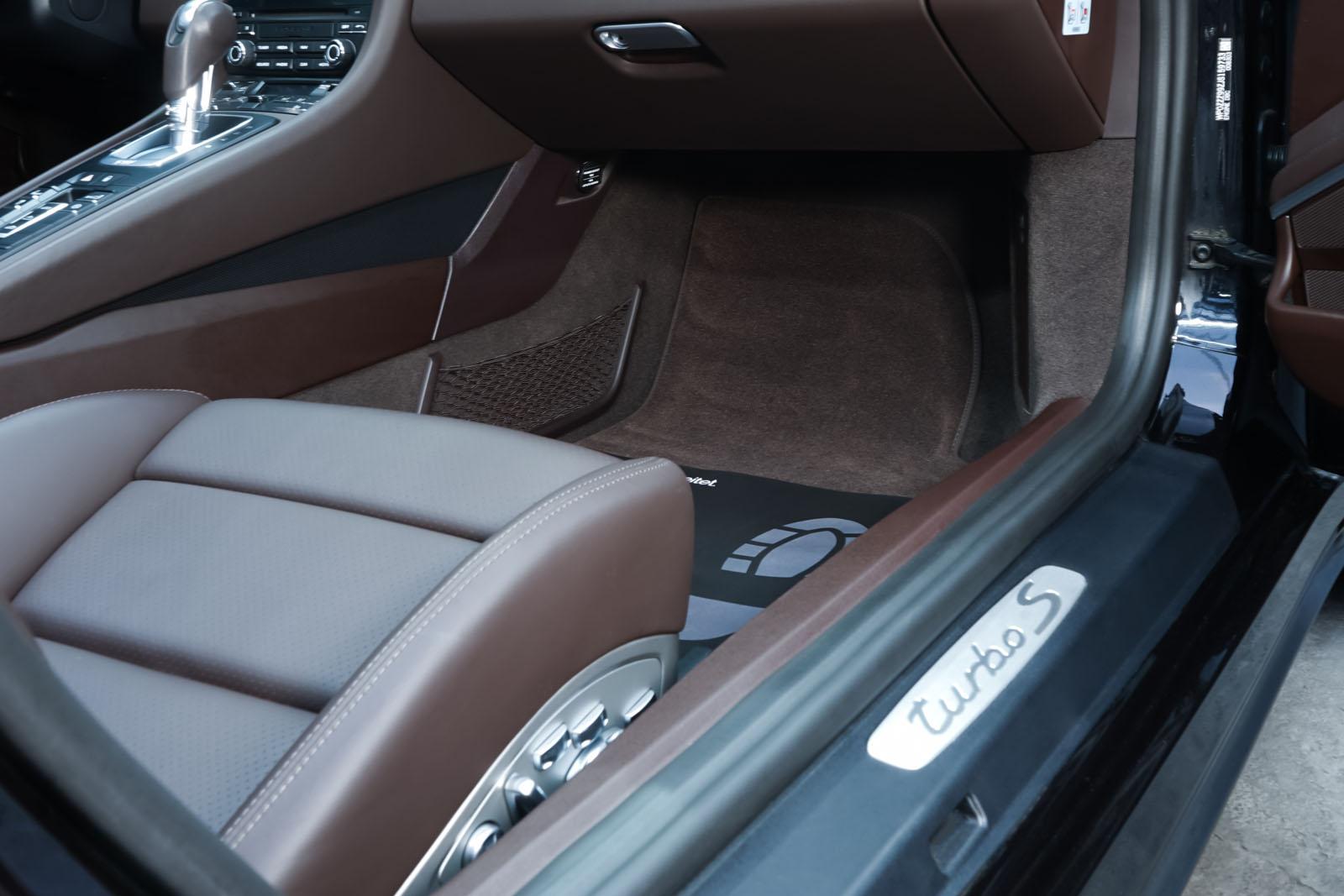 Porsche_991_TurboS_Cabrio_Schwarz_Braun_POR-9733_18_w