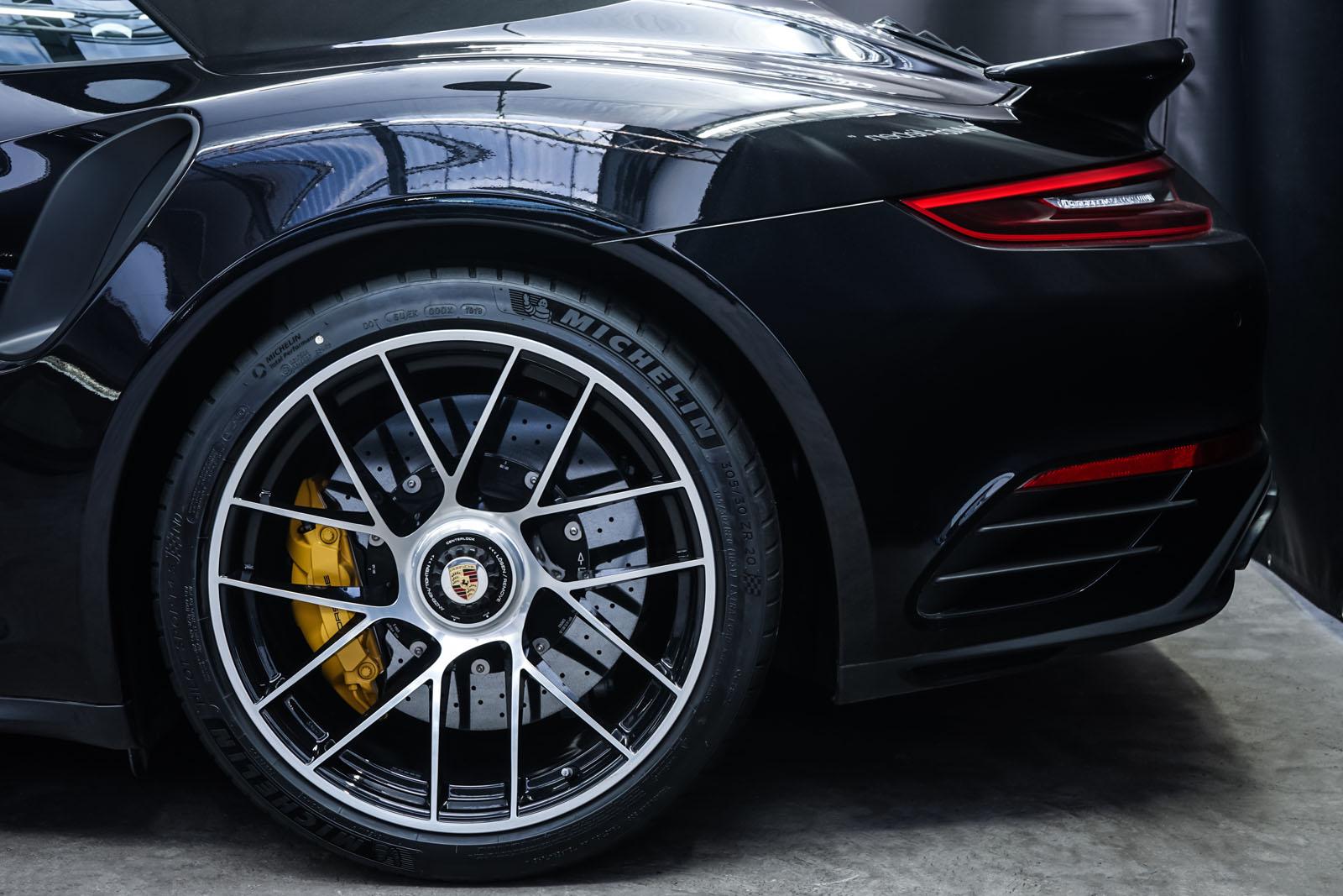 Porsche_991_TurboS_Cabrio_Schwarz_Braun_POR-9733_4_w
