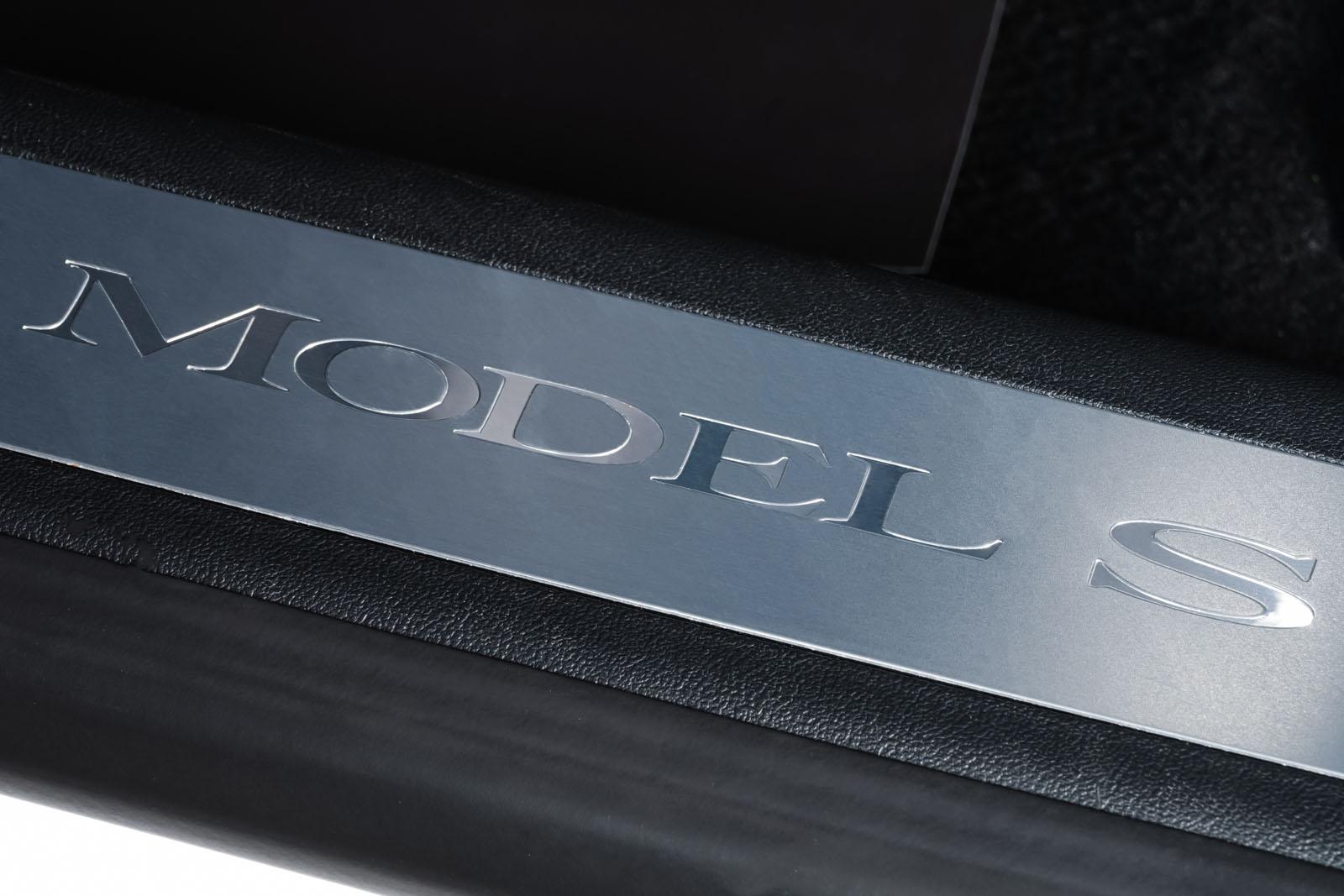 Tesla_ModelS_90D_Weiß_Schwarz_TES-0714_9_w