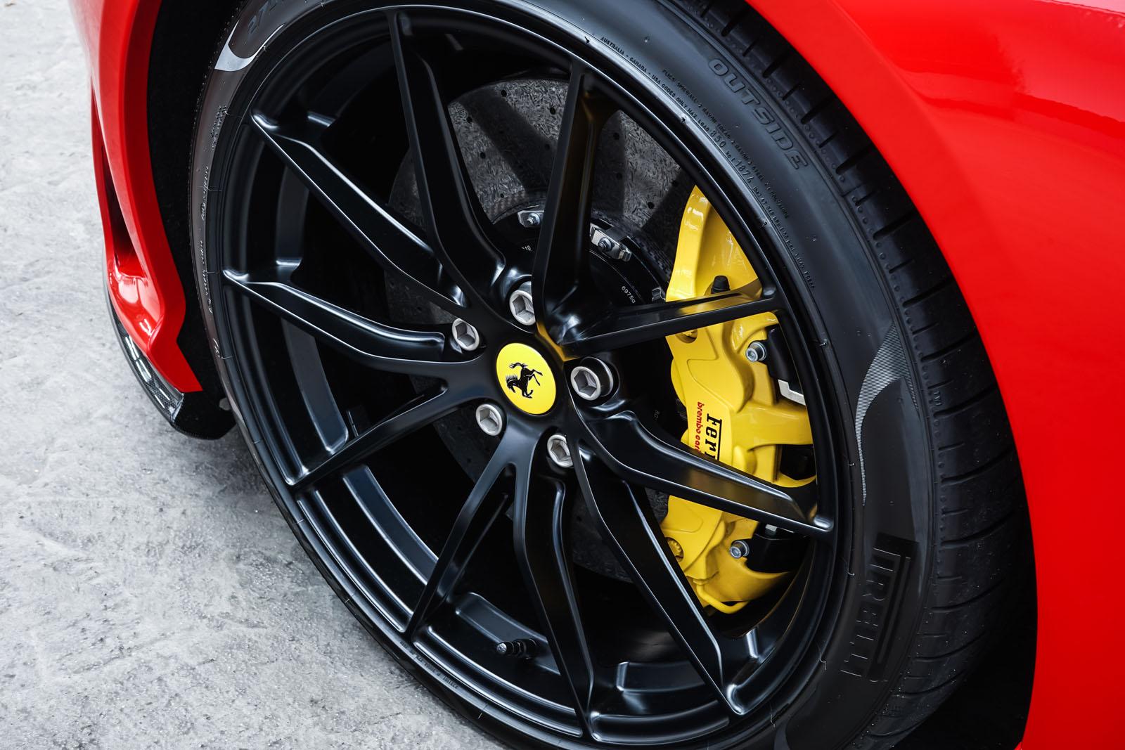 Ferrari_812_Superfast_Rot_Schwarz_FER-9922_12_w