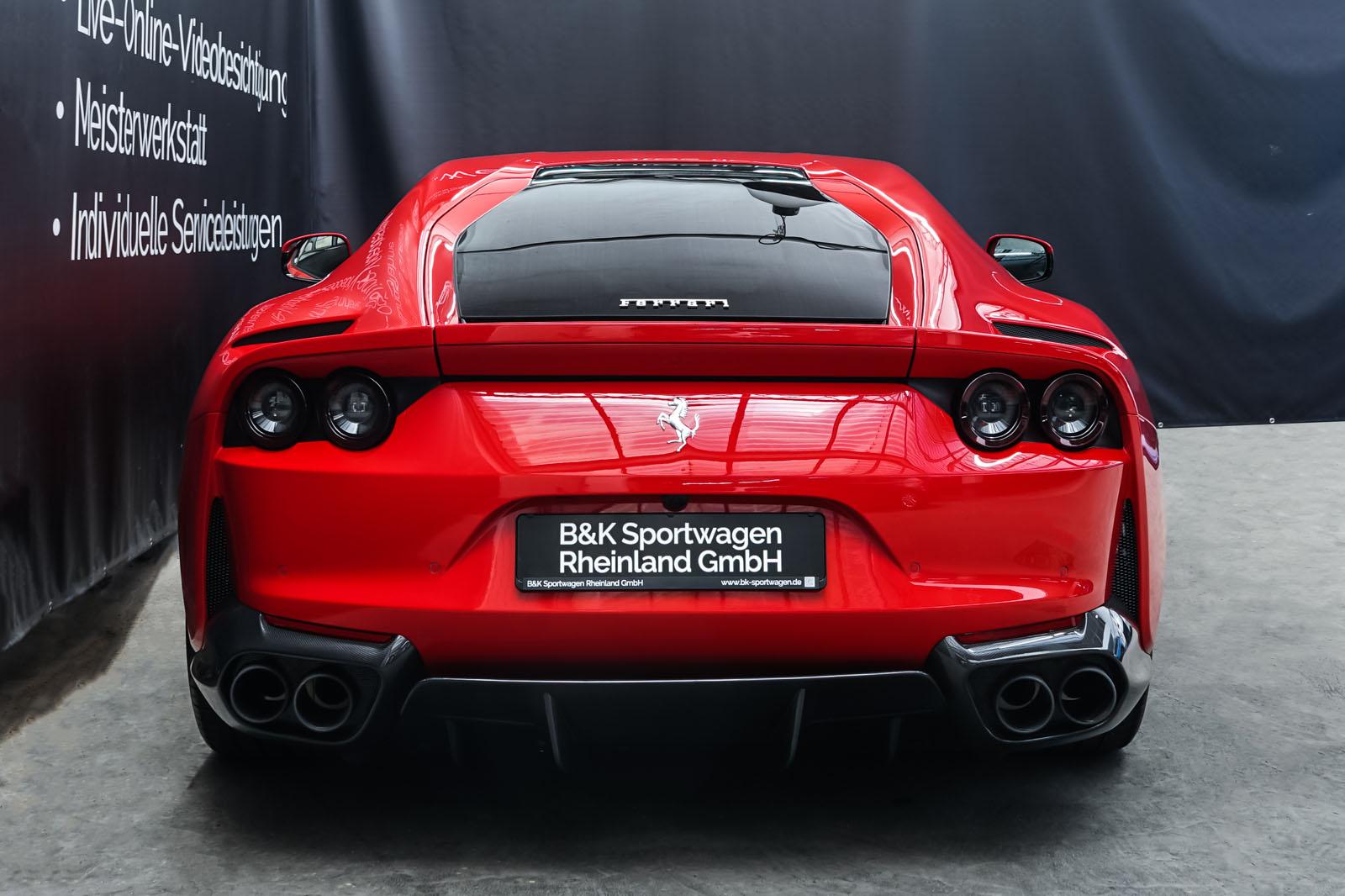 Ferrari_812_Superfast_Rot_Schwarz_FER-9922_14_w