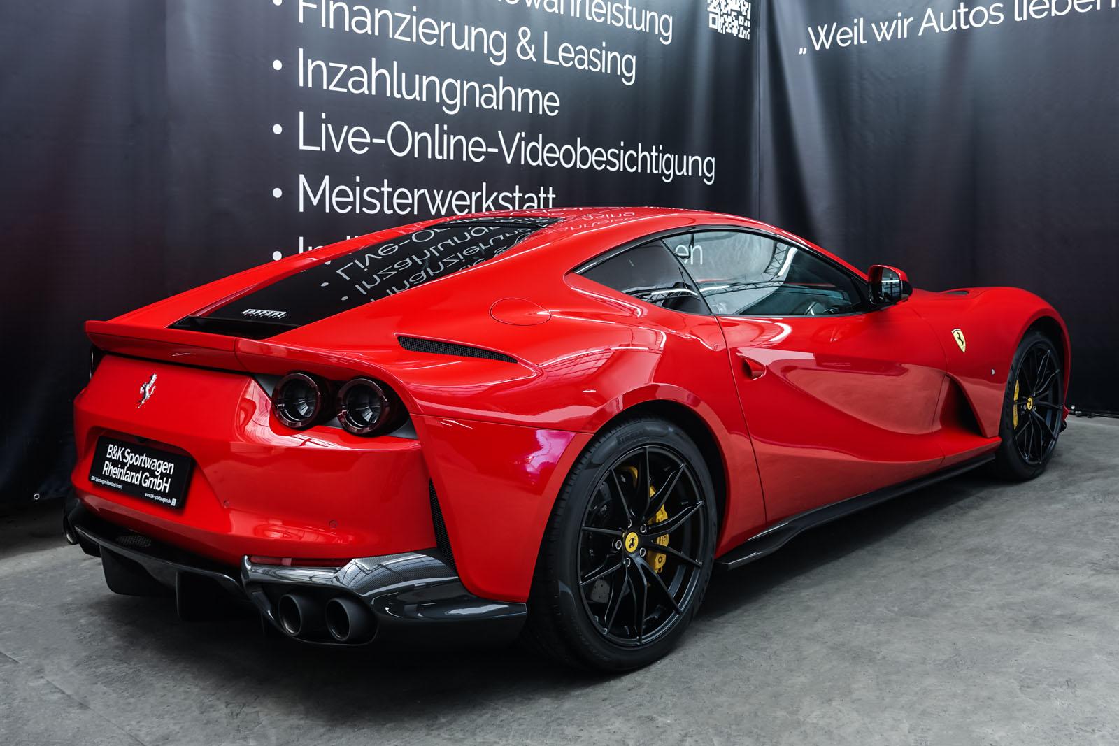 Ferrari_812_Superfast_Rot_Schwarz_FER-9922_15_w