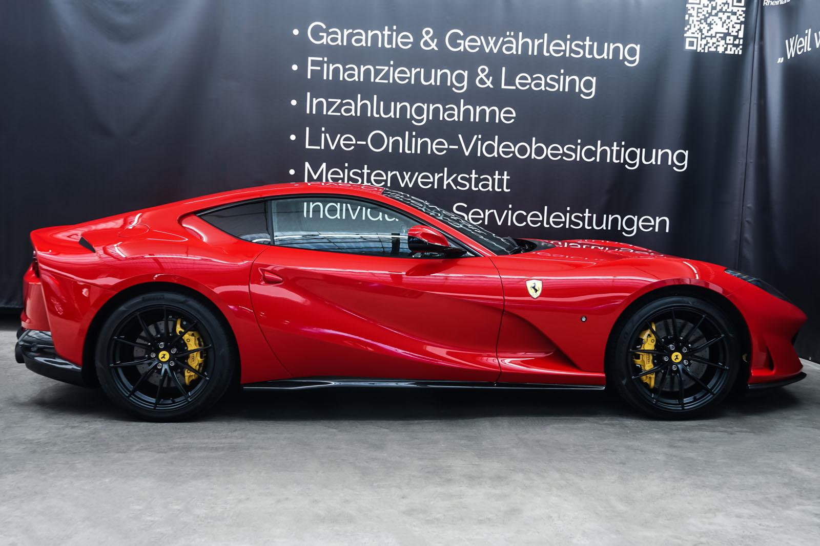 Ferrari_812_Superfast_Rot_Schwarz_FER-9922_16_w