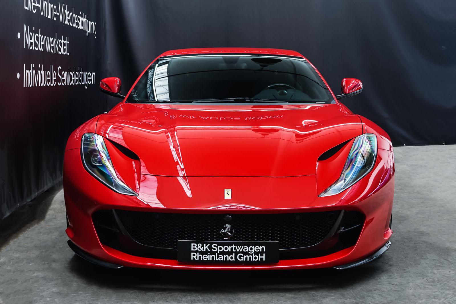 Ferrari_812_Superfast_Rot_Schwarz_FER-9922_1_w