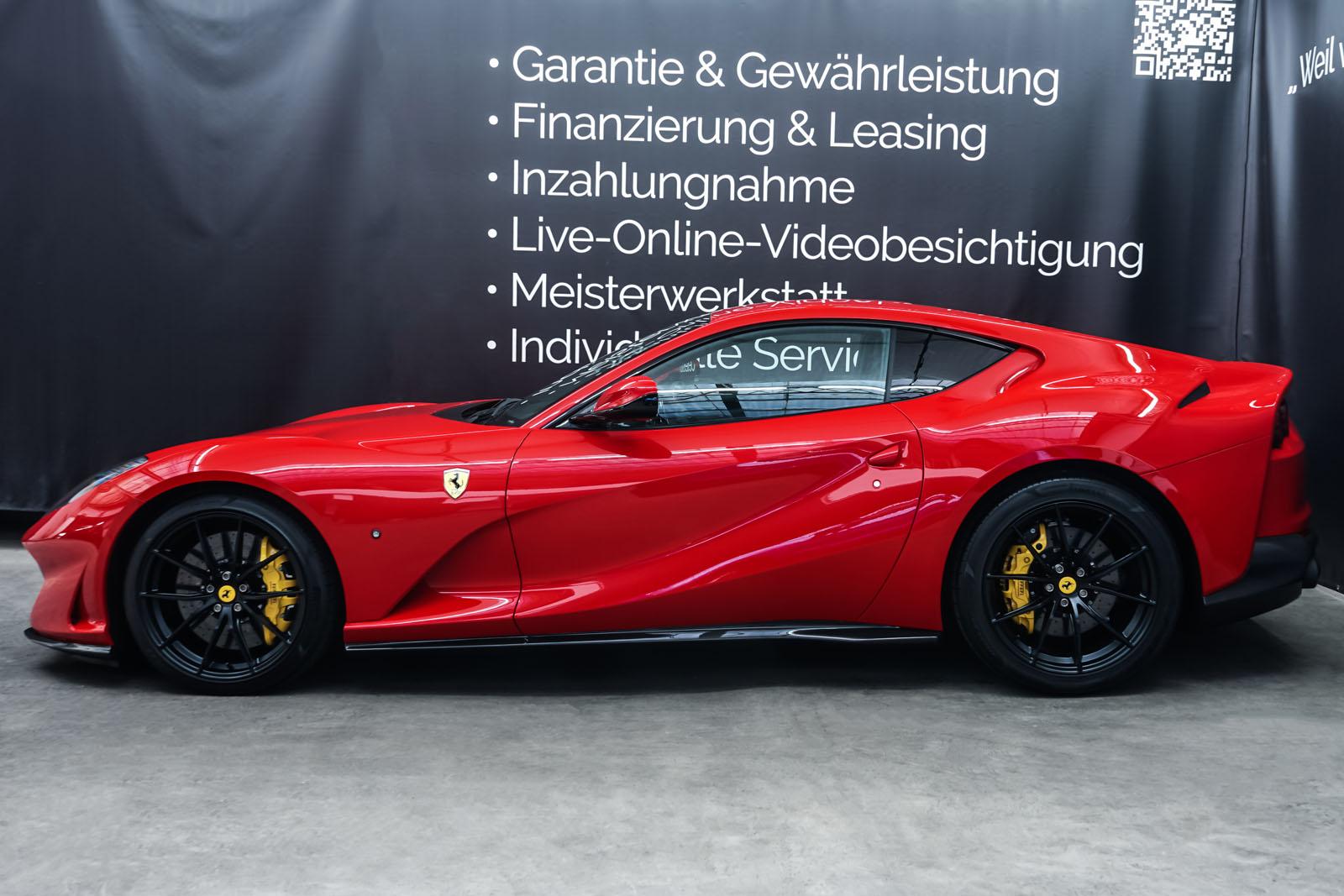 Ferrari_812_Superfast_Rot_Schwarz_FER-9922_5_w