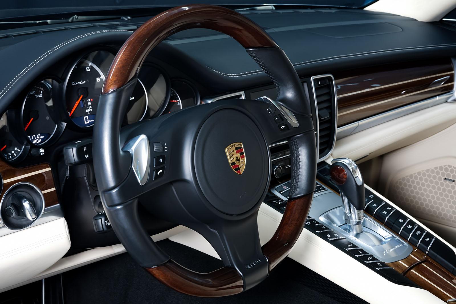 Porsche_Panamera_Turbo_Schwarz_Cremeweiß_POR-0127_10_w