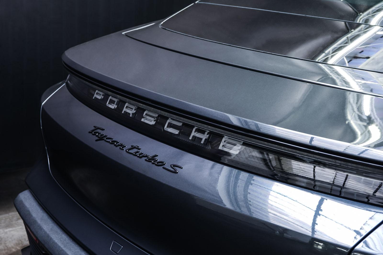 Porsche_Taycan_TurboS_Grau_Schwarz_POR-5353_22_w