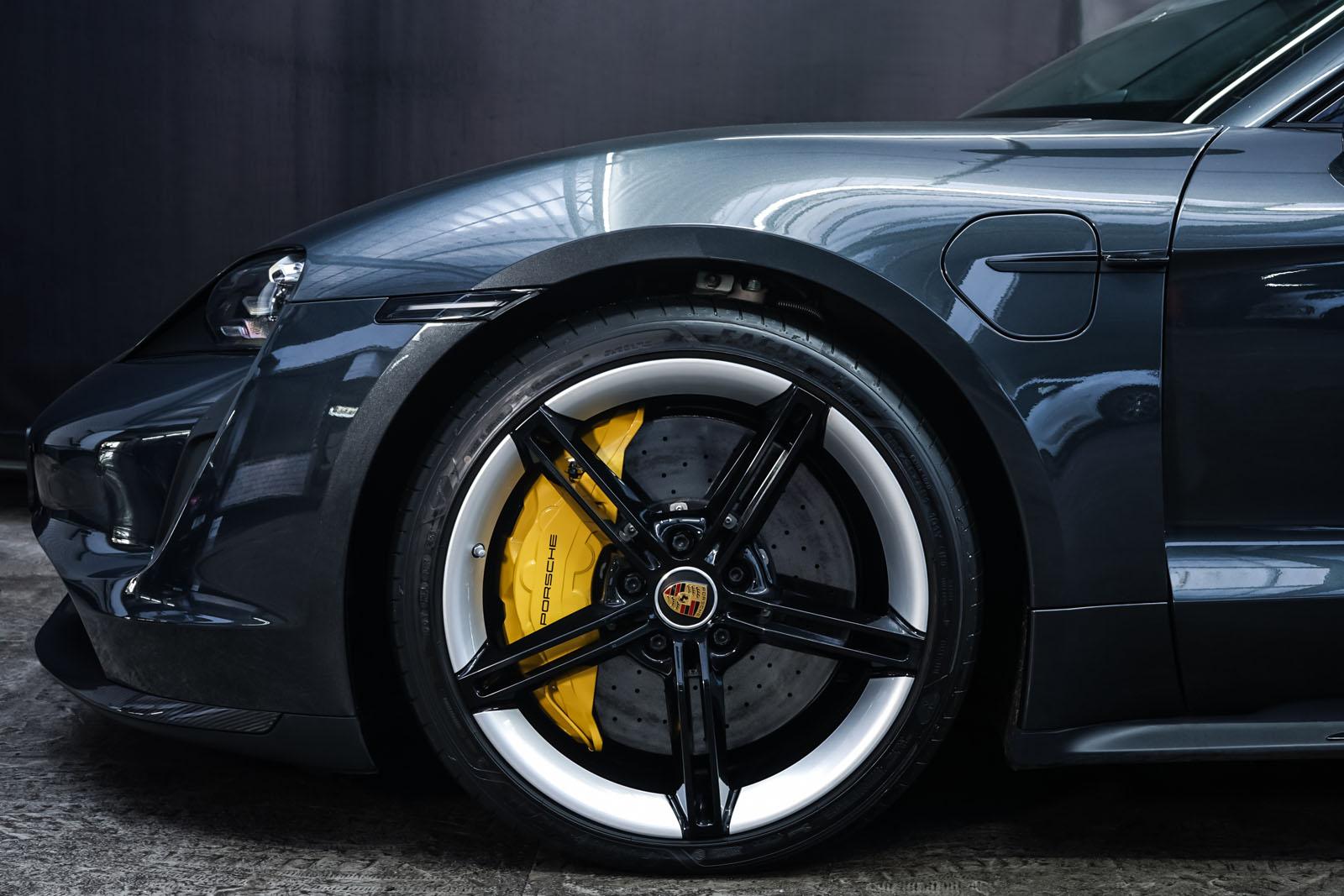 Porsche_Taycan_TurboS_Grau_Schwarz_POR-5353_3_w