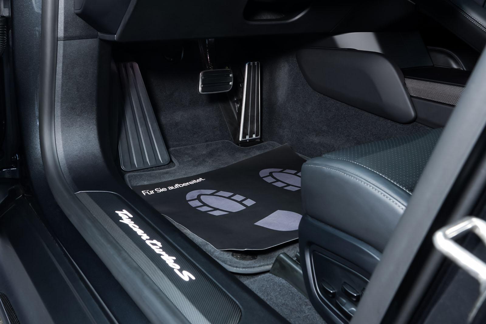Porsche_Taycan_TurboS_Grau_Schwarz_POR-5353_8_w