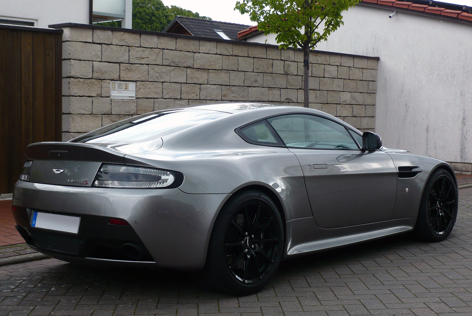 AM-2995-Aston-Martin_V12-Vantage-S_Grau_Schwarz_02