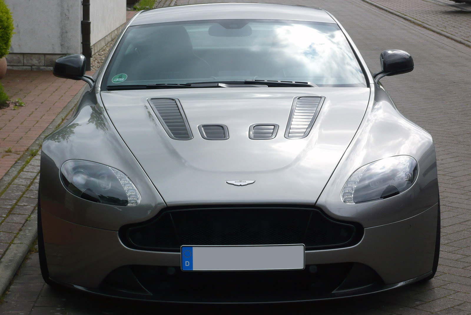 AM-2995-Aston-Martin_V12-Vantage-S_Grau_Schwarz_03