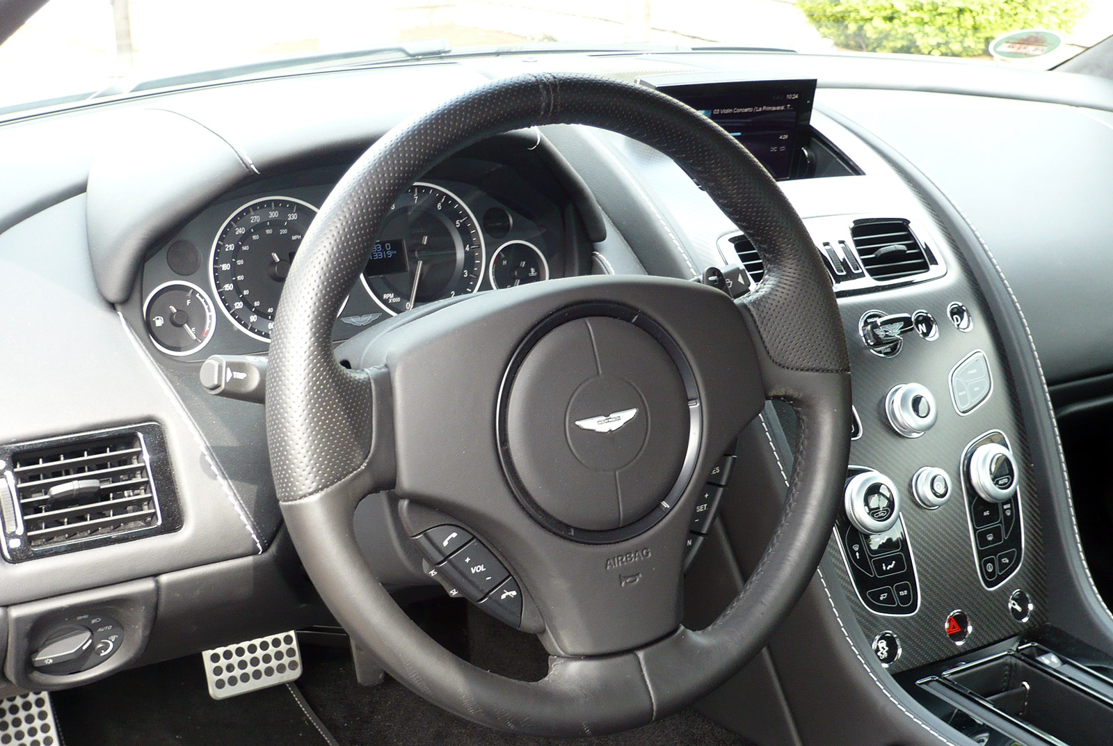 AM-2995-Aston-Martin_V12-Vantage-S_Grau_Schwarz_07