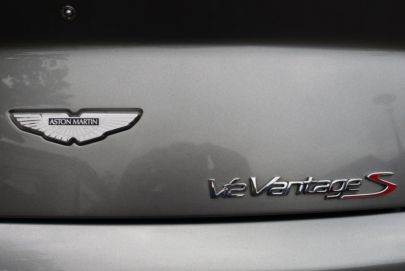 AM-2995-Aston-Martin_V12-Vantage-S_Grau_Schwarz_15