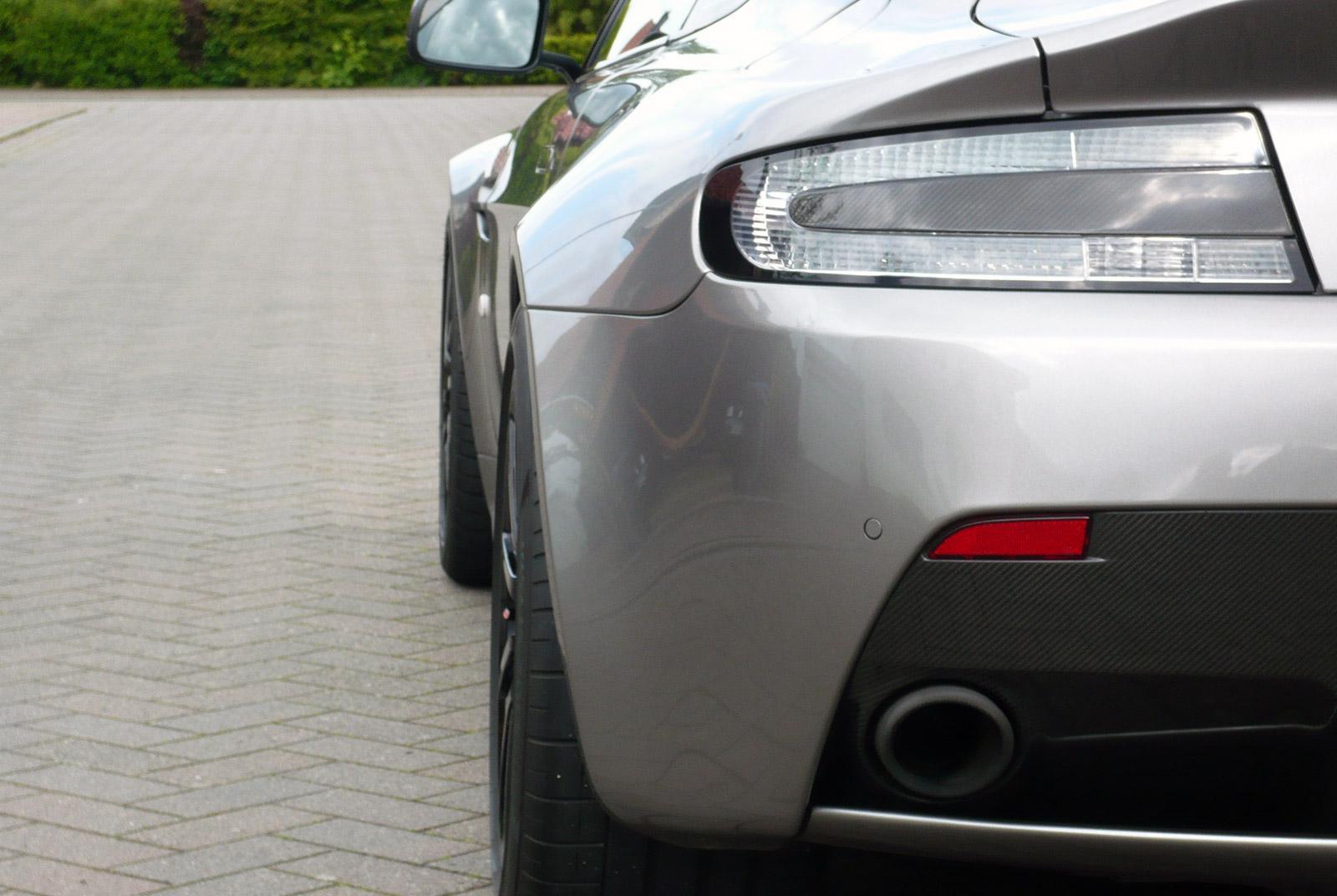 AM-2995-Aston-Martin_V12-Vantage-S_Grau_Schwarz_17